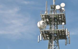 Mobilfunkmast vor blauem Himmel