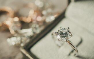Verlobungsringe aus diversen Edelmetallen im E-Commerce: Gold, Silber, Platin oder Roségold?